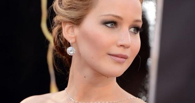 Jennifer Lawrence, boucle d'oreilles goute et collier dans le dos en diamants par Chopard