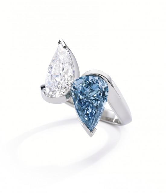 Bague comosée de deux diamants taillés en poire, l'un blanc et l'autre bleu, monté sur or blanc