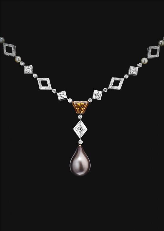 Collier composé d'une perle naturelle gold en forme de poire et diamants blancs et de couleur, montés sur platinum