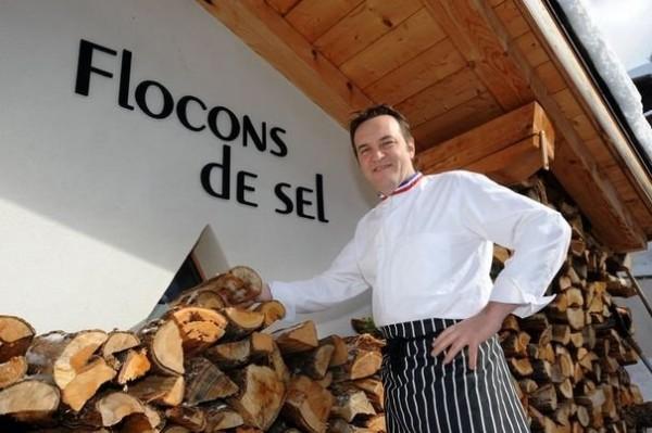 278284_le-chef-emmanuel-renaut-pose-devant-son-restaurant-flocons-de-sel-a-megeve-le-16-fevrier-2012