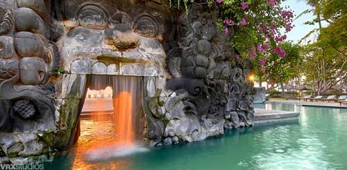 """Bali Hyatt Sanur - Grotte """" Goa Gajah """" reconstituée sur la piscine paysagée."""