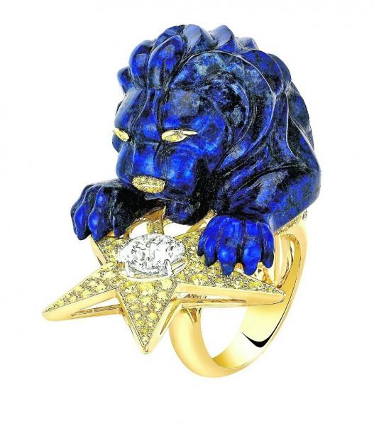 """Bague en or jaune, diamants et lapis-lazuli. """"Sous le signe du lion"""" de Chanel."""