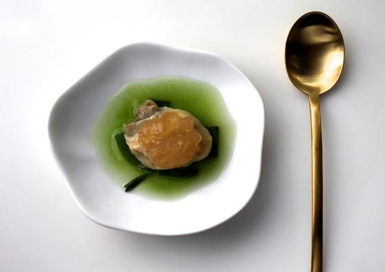 Une huître délicatement déposée sur une évanescente gelée de concombre, fait partie des sept mises en bouche créées par le chef