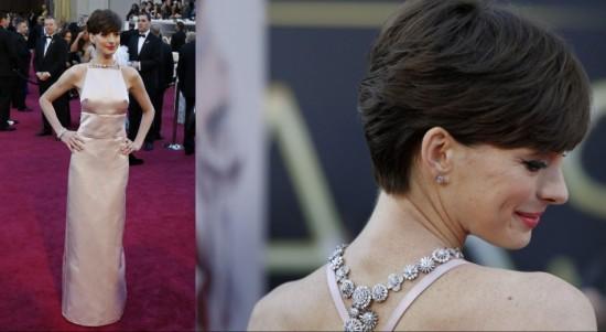 Anne Hathaway, Collier floral au dos en diamants par Tiffany & Co