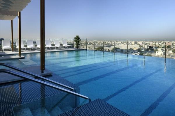 Piscine sur le toit de l'hôtel Radisson hôtels de Luxe à Dubaï