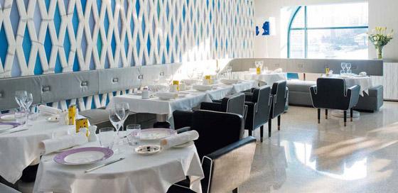 La grande salle du restaurant rappelle par sa sobriété la délicatesse de la cuisine bio du chef Paolo Sari.