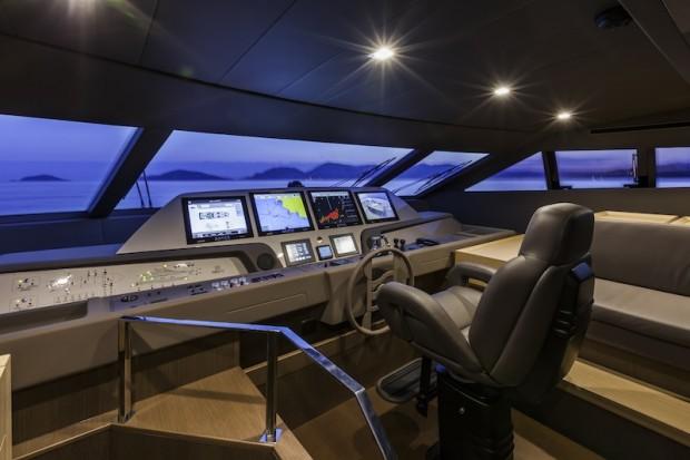 Depuis sa cabine de pilotage, le commandant peut atteindre les 29 nœuds.