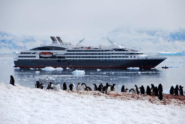 Ici, la Compagnie du Ponant vous emmène dans l'Antarctique.