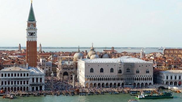 Les compagnies maritimes poussent le rêve jusqu'à vous faire embarquer dans les célèbres gondoles de Venise.