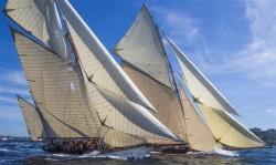 Pour rendre hommage à Jean Laurain et Dick Jayson, les voiliers se défient sur un parcours sans enjeu.