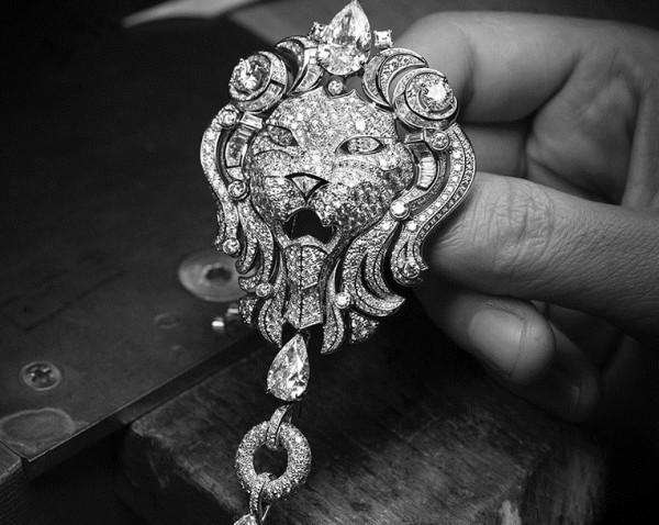 """Sautoir de l'hypnotique Lion Royal à 3,3 millions d'euros (""""Sous le signe du lion"""")."""