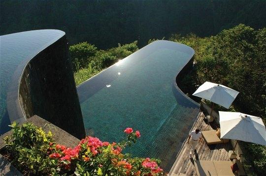 piscine-incroyable-ubug-hanging-gardens