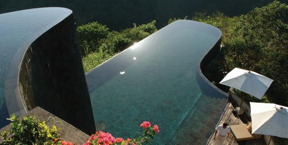 La piscine du Hanging Gardens Ubud avec son design unique est le joyau de l'hôtel.