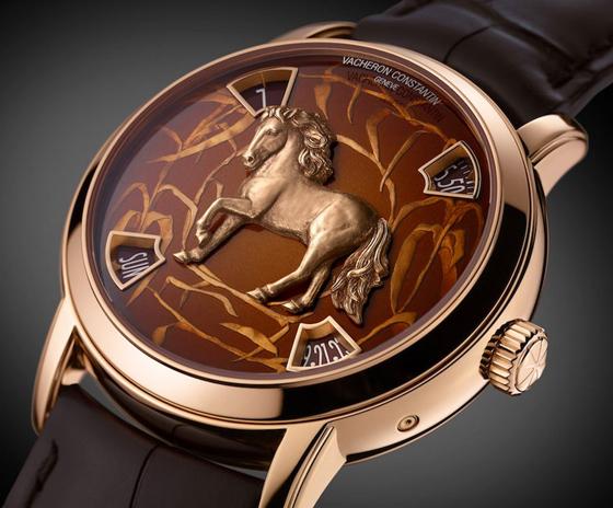 Le modèle en or rose et émail brun: un bijou de finesse.