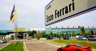 Dès son entrée à Maranello, on peut voir l'usine Ferrari.